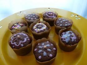 牛乳アイシングのデコ・カップケーキ