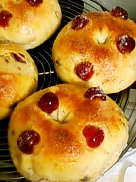 ドレン・チェリーが可愛いドーナツパン