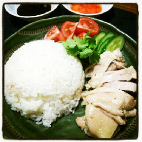 贅沢海南鶏飯 手羽とひき肉からとったスープでお米を炊くちょっと贅沢な海南鶏飯。ご飯が... 贅沢