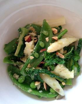 春野菜とモッツァレラとナッツのサラダ