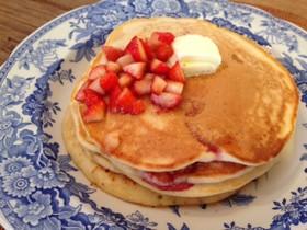 イチゴの朝食パンケーキ