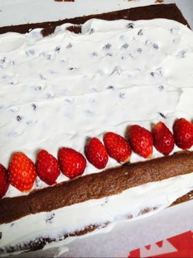 イチゴとラムレーズンのロールケーキ