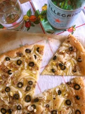 ツナとオリーブ、レモンコンフィのパイピザ
