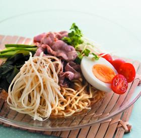 ガラスの涼しげなお皿に綺麗な盛り付けの冷やし中華