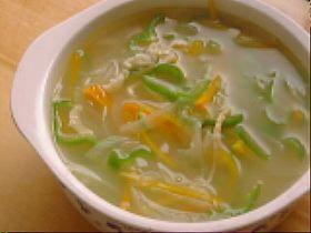 鳥皮と細切り野菜のスープ