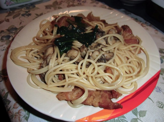 牡蠣とほうれん草とベーコン醤油パスタ