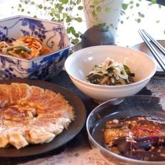 家庭料理の定番、焼き餃子を中心とした野菜たっぷり中華風のお献立