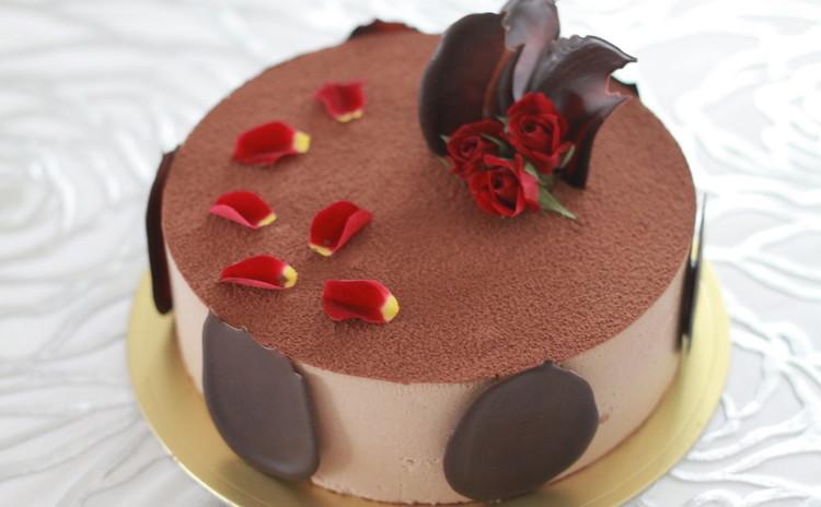 スイートなチョコケーキ♪ 薔薇の花びらで大人っぽくデコレーション☆