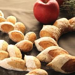 フレッシュなりんごをねり込んだバゲット生地とふんわり生地でクリスマス♪