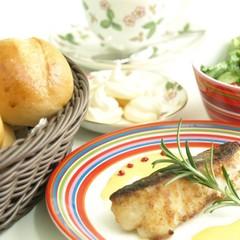手捏ねパンと魚のムニエルオランデーズソース、サラダにメレンゲ菓子♪