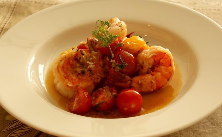 海老の一皿をさっぱりプチトマトのソースで!保存食のリエットと共に。