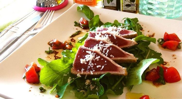 マグロの軽いソテー サラダ仕立て バルサミコのケッカソース