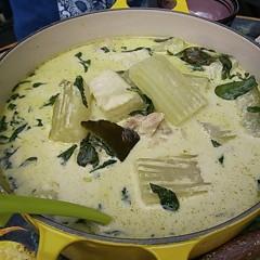 柔らかく温かい冬瓜のグリーンカレー&目玉焼きと野菜のヤム