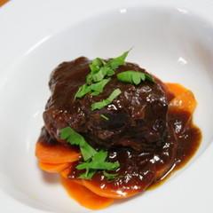 ビストロの雰囲気で北フランスの牛肉の煮込みブッフカルボナードを