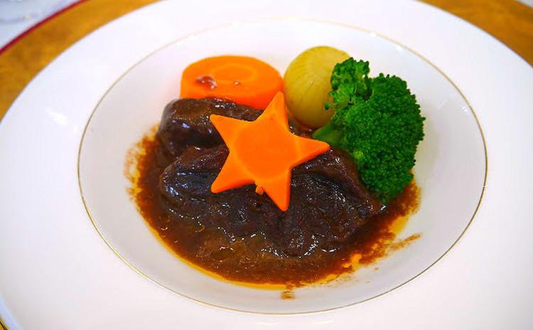 【メインの肉料理】神戸牛のトロトロ赤ワイン煮