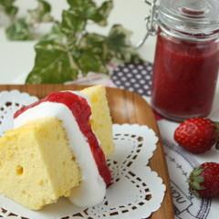 ふんわり、しっとり、基本のバニラシフォンケーキと真っ赤なイチゴソース