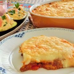 ミートソースとマッシュポテトのチーズグラタン、アボカドのファルシ