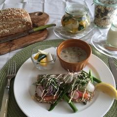 シリアル胚芽ブレッド〜スモークサーモンと卵サラダの北欧オープンサンド〜