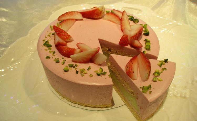糖質制限で苺とピスタチオのアントルメ!ピンクと緑の綺麗なケーキです。
