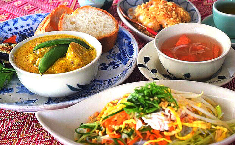 野菜たっぷり!ヘルシーで美味しいベトナム料理♥チキンカレーと鶏サラダ