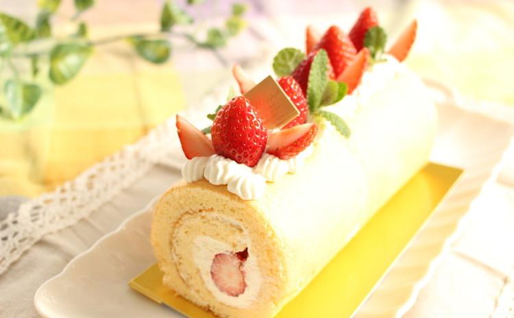 初夏にさっぱり♪ヨーグルトクリームと苺のふわふわロールケーキ
