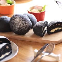 なめらかチーズと甘い鹿のこ豆を挟んで味わう「竹炭ミルフィーユのパン」