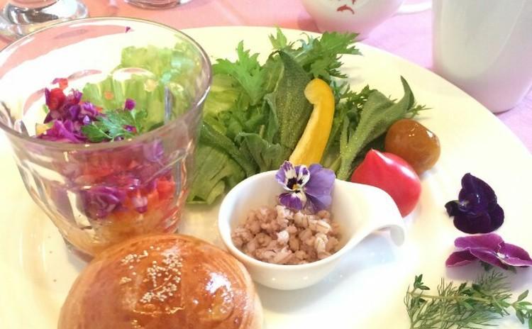 甘麹パンともち麦でヘルシーメニュー&旬の野菜スタッフドバスケット