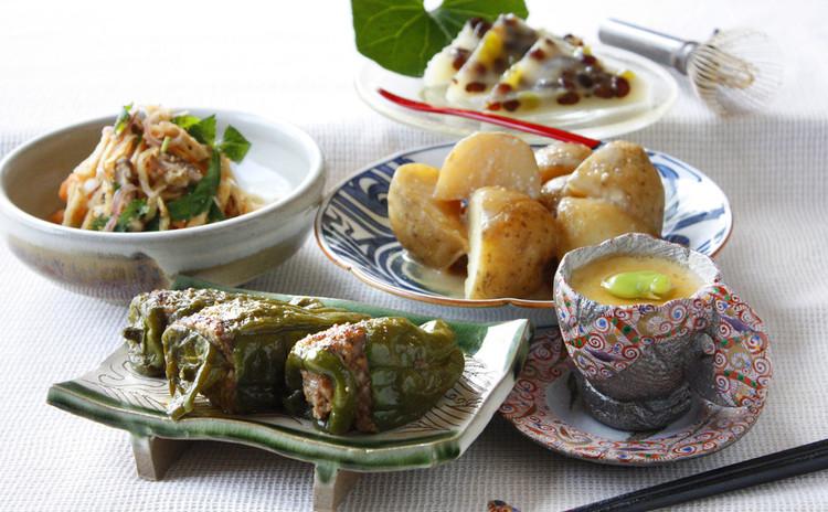 丸々ピーマンの肉詰めと旬の献立。1年の折返は6月の和菓子「水無月」で。