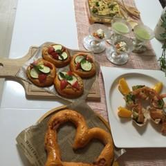 彩りざやかなトマトのパン2種類と華やかなおもてなし料理