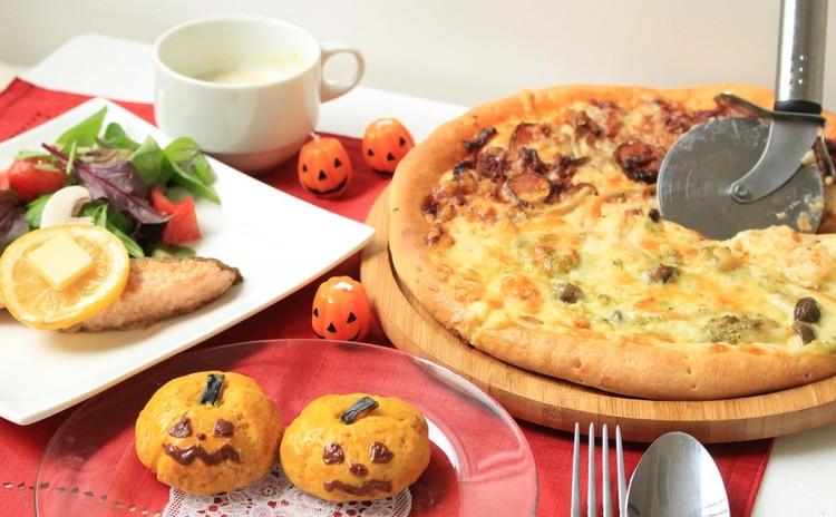 ハロウィンメニューでホムパの献立♪かぼちゃスコーンおばけソースのピザ