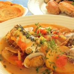魚介の煮込み いわしのブイヤベース、パリッと香ばしい手羽先のコンフィー