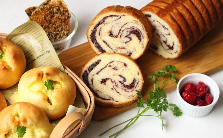 トヨ型でベリーチョコのラウンドパンじゃがカレーチーズパンおまけの焼菓子