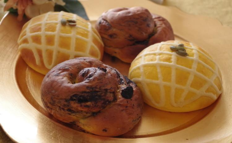 かぼちゃ生地が大変身!クッキー&クリームと不思議なチーズメロンパン?!