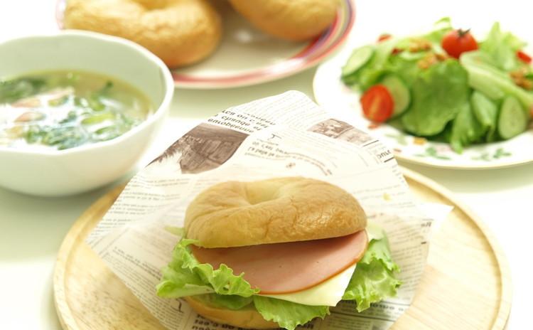 もっちりベーグルでサンドイッチ!手作りドレッシングのサラダ&スープも♪