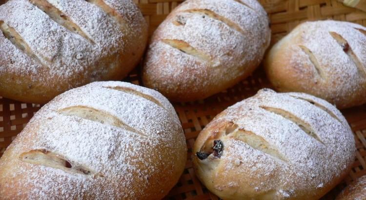 天然酵母で作るおやつパン ~オニオンブレッドとクランベリーパン