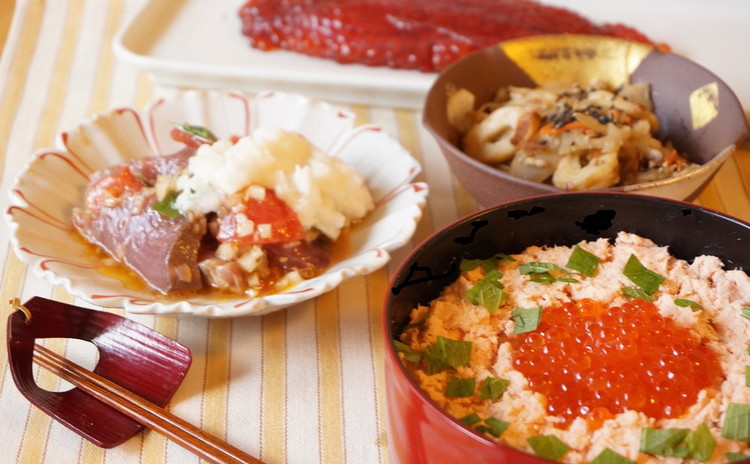 手作りいくらのしょうゆ漬けと鮭フレークで親子丼&鰹のヅケバジル長芋掛け