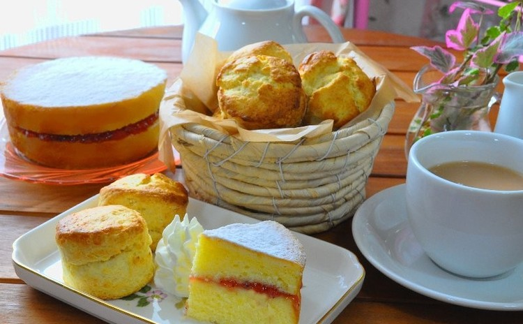 紅茶に合う英国スタイルの焼き菓子~ヴィクトリアケーキとスコーン~