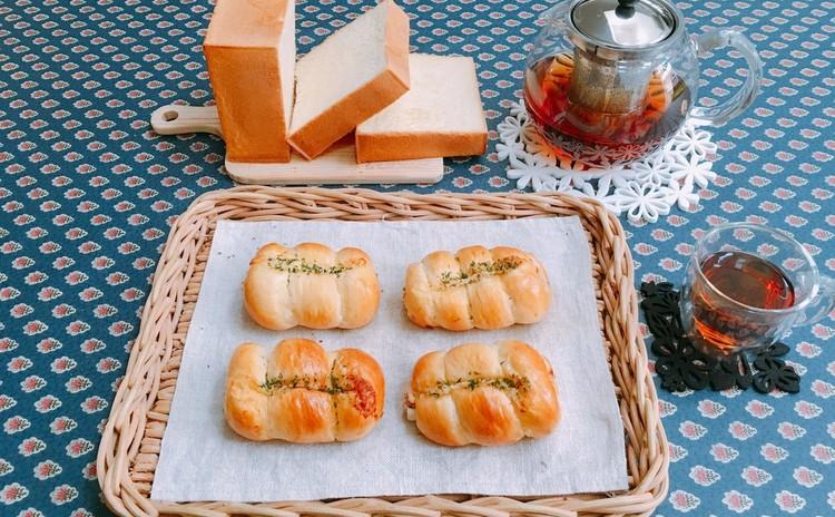 リッチな生クリーム入り角食パンとちくわパン