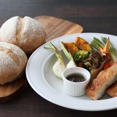 こねないパン作りと、パリパリチキン、焼き野菜、バルサミコドレサラダ