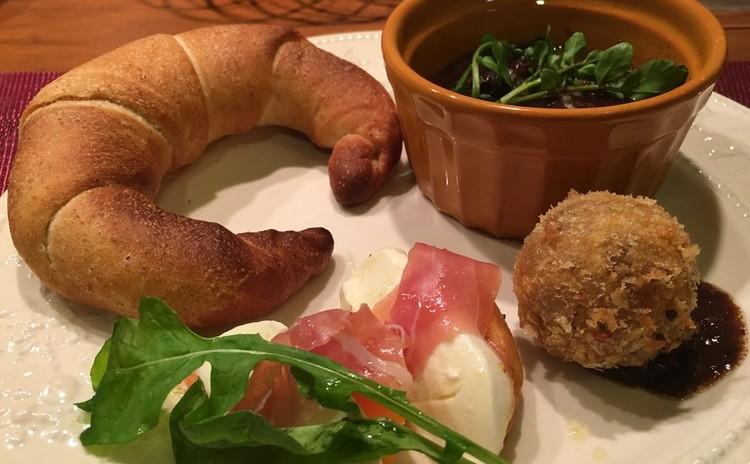 クレッセント(全粒粉塩パン)〜和牛肉の赤ワイン煮込みとカプレーゼ〜