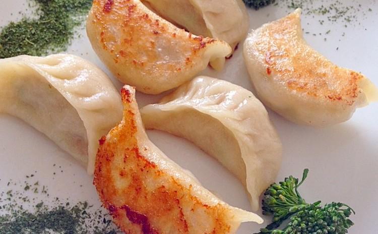 手羽元で出汁をとるラーメン&皮から手作りの焼き餃子