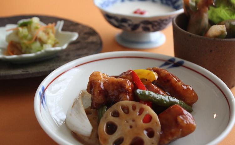 人気のチャイニーズでおもてなし、黒酢の酢豚と揚げ春巻き、酸辣白菜