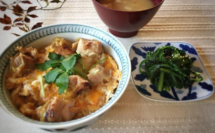とろり卵の親子丼/いりこ出汁から作る豆腐の味噌汁/わかめと青菜のナムル