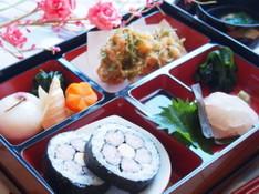 料理レッスン写真 - 春の懐石弁当🌸桃の花寿司、桜蒸し、小エビのかき揚げ、鯛の昆布締めなど
