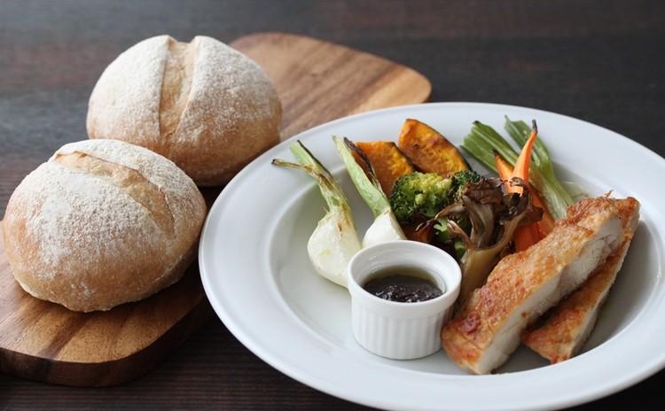 こねないセミハードパン★焼き野菜サラダ、バルサミコドレ★いちごアイス