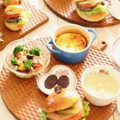 お家でピクニック!ジューシーアメリカンハンバーガーと野菜たっぷりランチ