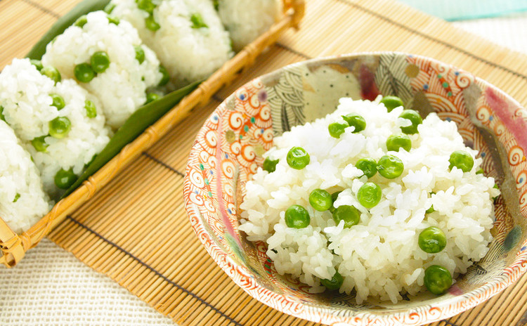 ふわっと春風のようなかき揚げと、色も香りも鮮やかなグリーンピースご飯。