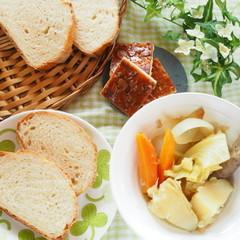 自家製天然酵母のミルクハースと発酵菓子。自家製ソーセージでポトフも♡