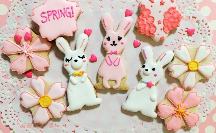 春をテーマにした桜やうさぎなどのアイシングクッキー