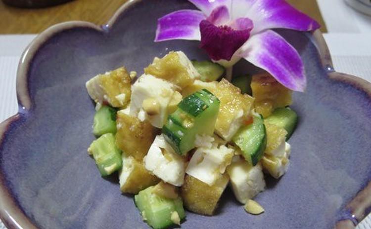 市販のペーストでも飛び切り美味しく作れるグリーンカレー! 厚揚げで作る簡単サラダはスイートチリソースでピリ辛♪ デザートはタピオカのココナツミルクです♥